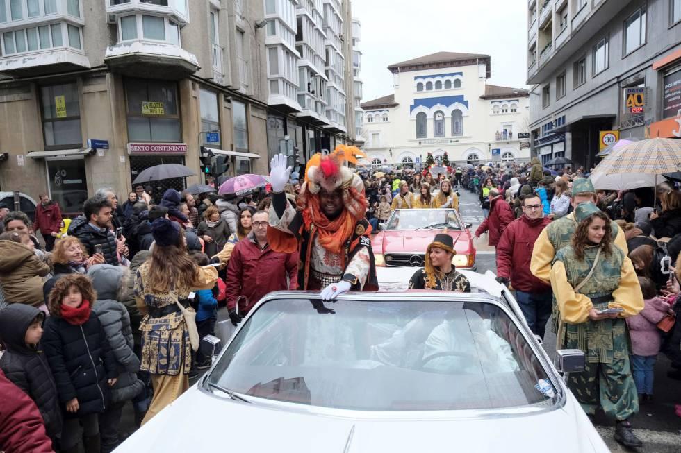 Los Reyes Magos, a su llegada a Vitoria horas antes de la cabalgata.