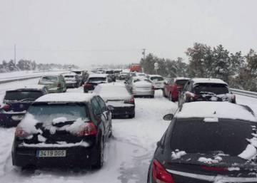 La DGT abre al tráfico la AP6 después de 18 horas de bloqueo por la nieve