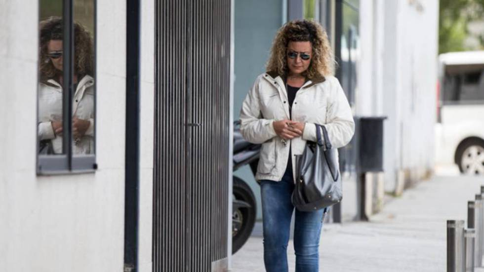Diana López-Pinel, madre de Diana Quer, en los juzgados de Ribeira.