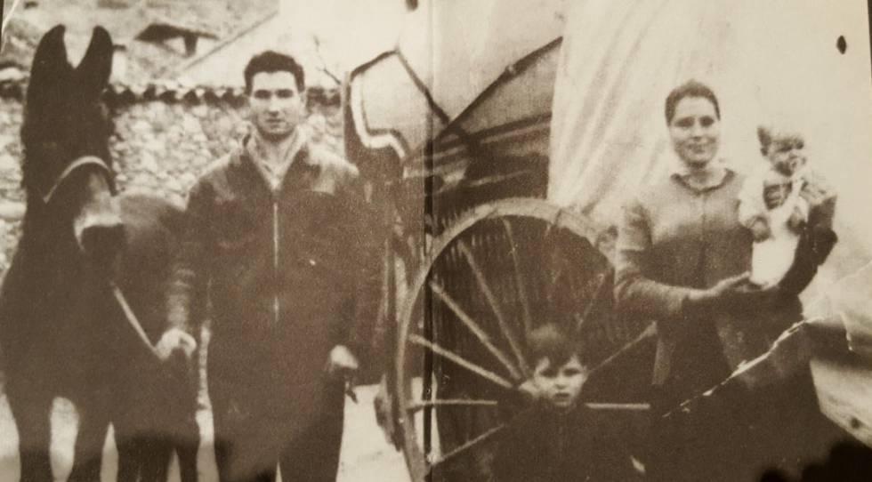 Eleuterio Sánchez posa frente a su mujer e hijos frente a su carro valenciano.