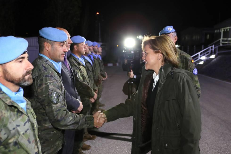 La ministra de Defensa, María Dolores de Cospedal, saluda a los militares españoles en Líbano el pasado 27 de diciembre.