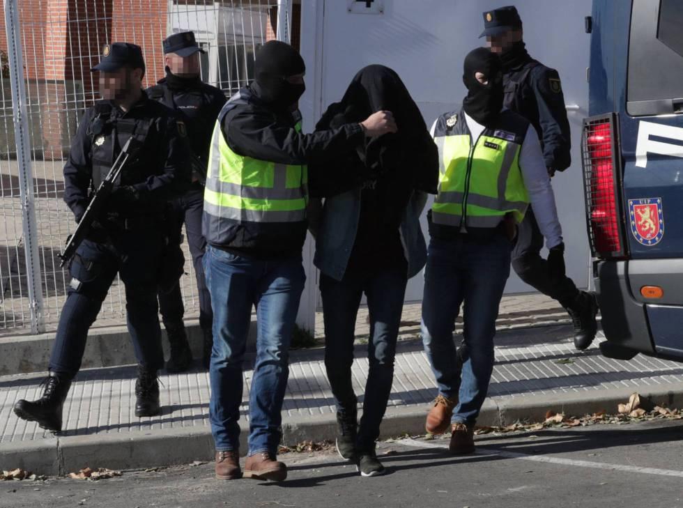 La Policía Nacional detiene a un presunto yihadista en Madrid, en una foto de archivo.