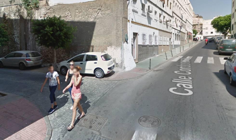 Tres personas caminan por la calle Codoneros, en el barrio La Chancha, en Almería.