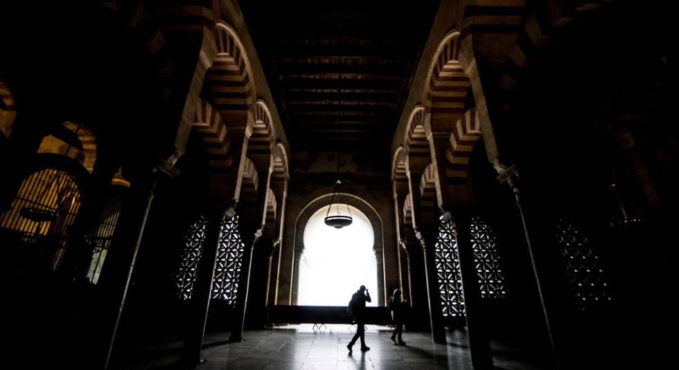 Dos visitantes, en el interior de la Mezquita-Catedral de Córdoba.