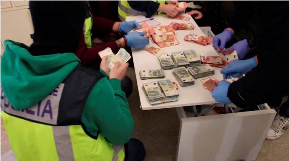 Policías cuentan el dinerointervenido en la vivienda que ocupaba Sito Miñanco en Algeciras (Cádiz).