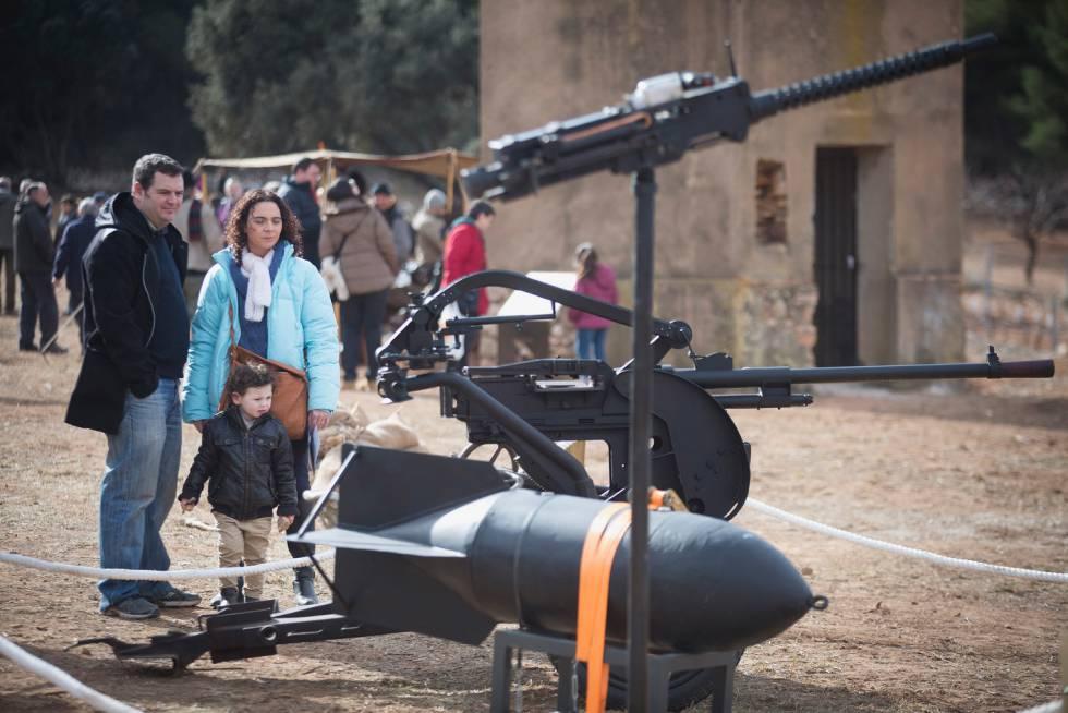 Una pareja con su hijo visita el museo del campo de aviación.