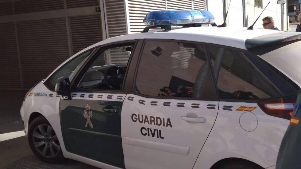 Un coche de la Guardia Civil entra en los juzgados de Vélez-Málaga.