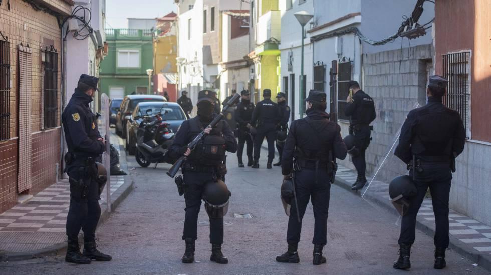 Operación contra el narcotráfico en el barrio de La Atunara de La Línea (Cádiz) el pasado jueves.
