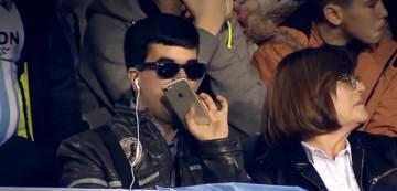Juan Antonio, en el transcurso del partido, mientras narra el encuentro a sus amigos con el móvil.