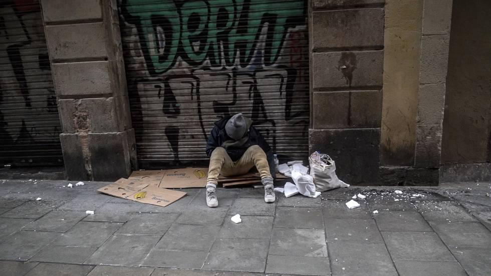 Un adicto, sentado en el suelo en Barcelona. rn