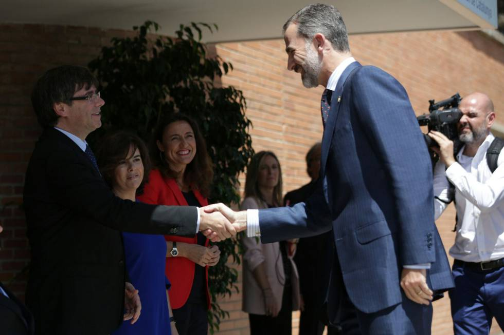 Carles Puigdemont saluda a Felipe VI en el Centro de Alto Rendimiento en Sant Cugat del Vallès (Barcelona) en julio de 2017.