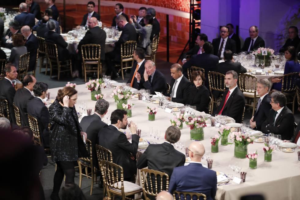 El Rey en la mesa tras escuchar el discurso de la alcaldesa Ada Colau.