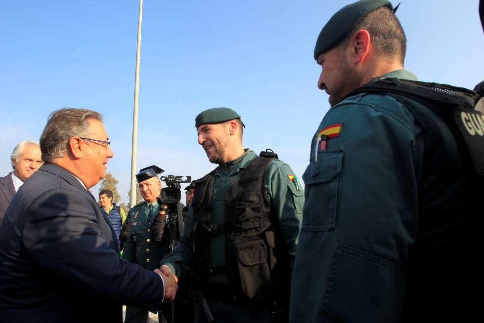 Juan Ignacio Zoido, durante la visita la semana pasada a La Línea de la Concepción (Cádiz) para supervisar los dispositivos de seguridad de Guardia Civil y Policía Nacional.