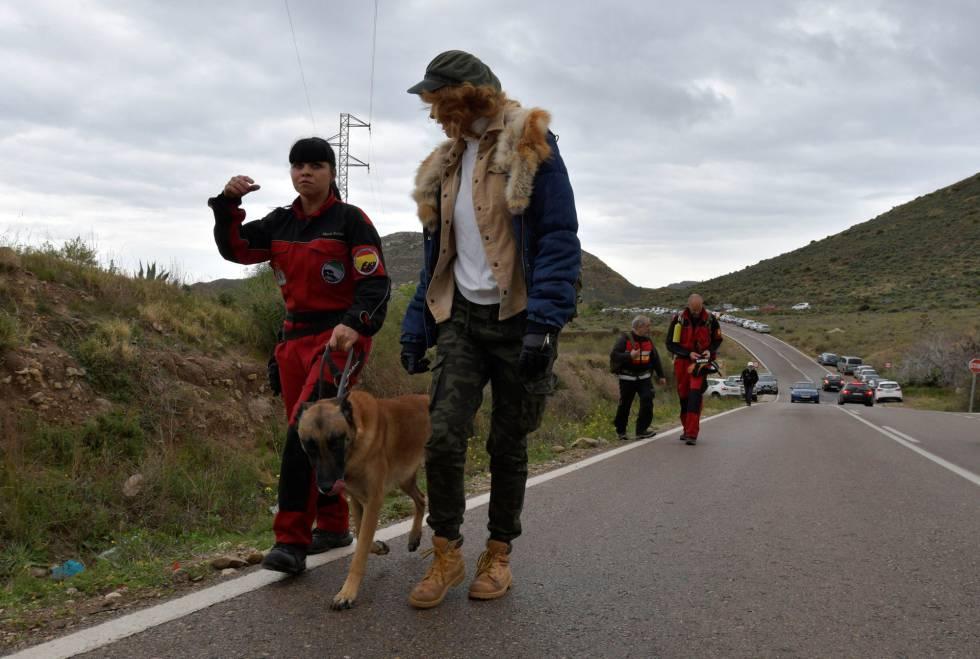 Vista del dispositivo de búsqueda que intenta localizar al niño de 8 años desaparecido el martes en Las Hortichuelas, en Níjar (Almería).