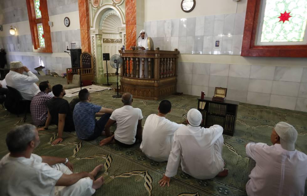 Rezo del viernes en la Mezquita de la M 30 de Madrid.