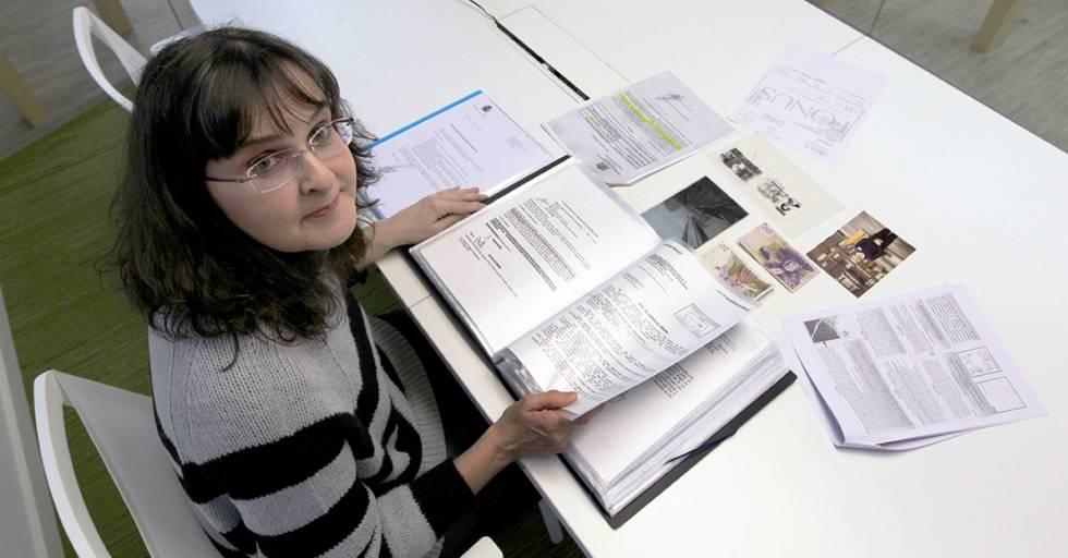Blanca Martínez, con la documentación sobre el caso de su hermano, Miguel Ángel.
