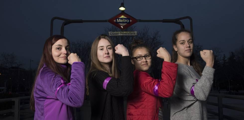 Cuatro estudiantes universitarias a favor de la huelga. rn rn