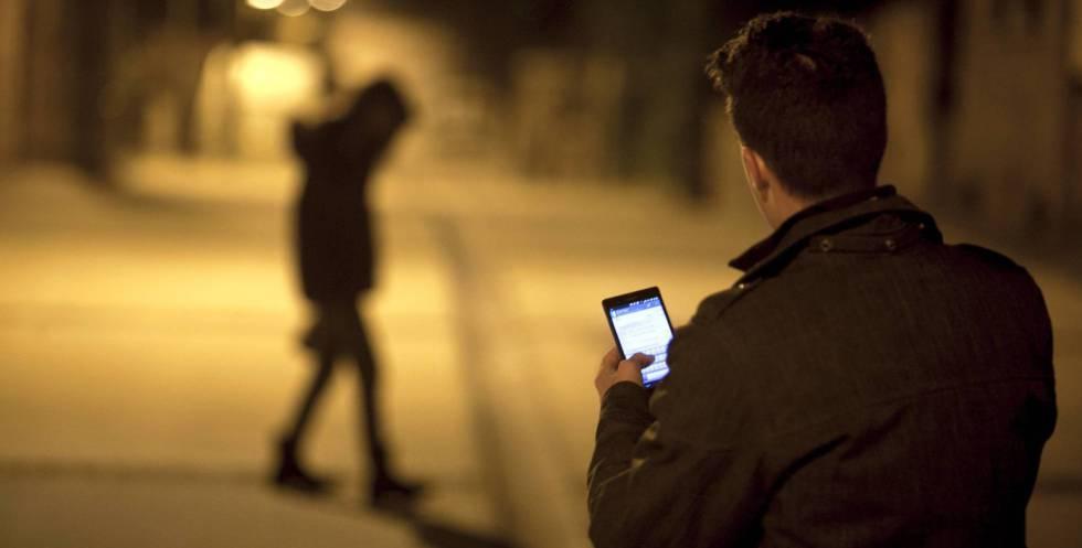 Un joven envía un mensaje con su teléfono móvil.