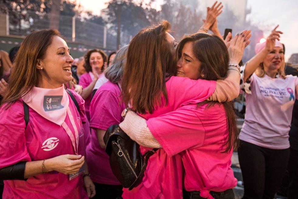 Dos centenares de mujeres levantan a pulso una gran falla en Valencia contra el cáncer de mama