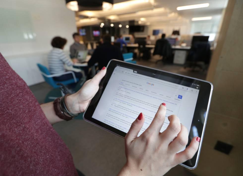 Una usuaria de Google busca una noticia en la web.