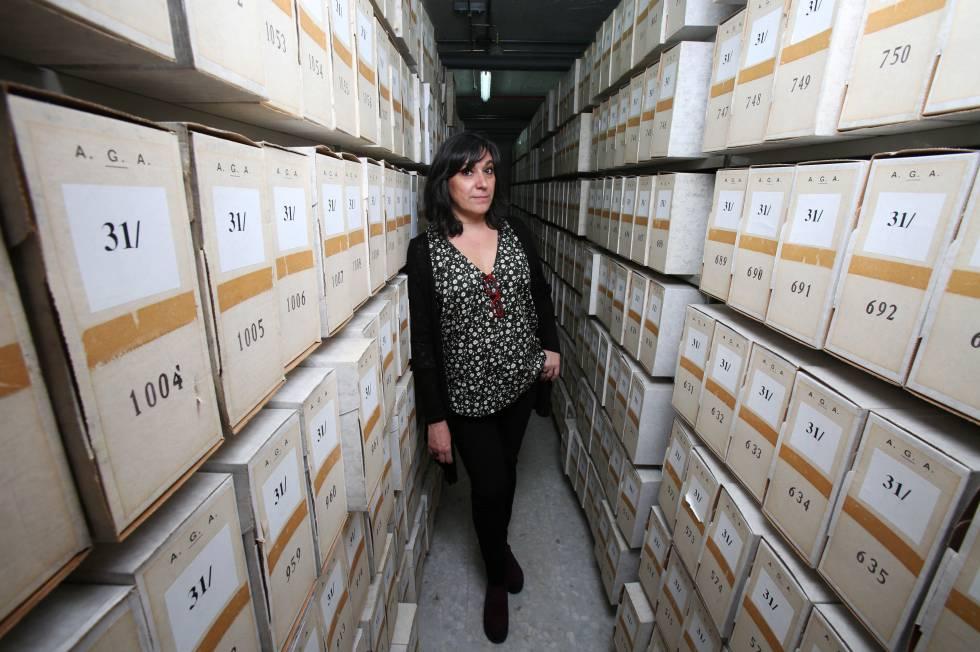 Mercedes Martín Palomino, directora del Archivo General de la Administración, en uno de los depósitos del centro de Alcalá de Henares.