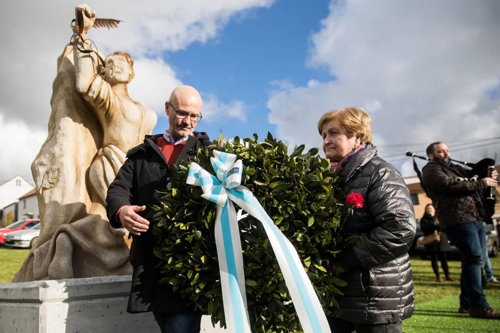 Ofrenda floral ante el monumento levantado en Narón en honor de las víctimas de la revuelta de 1918.