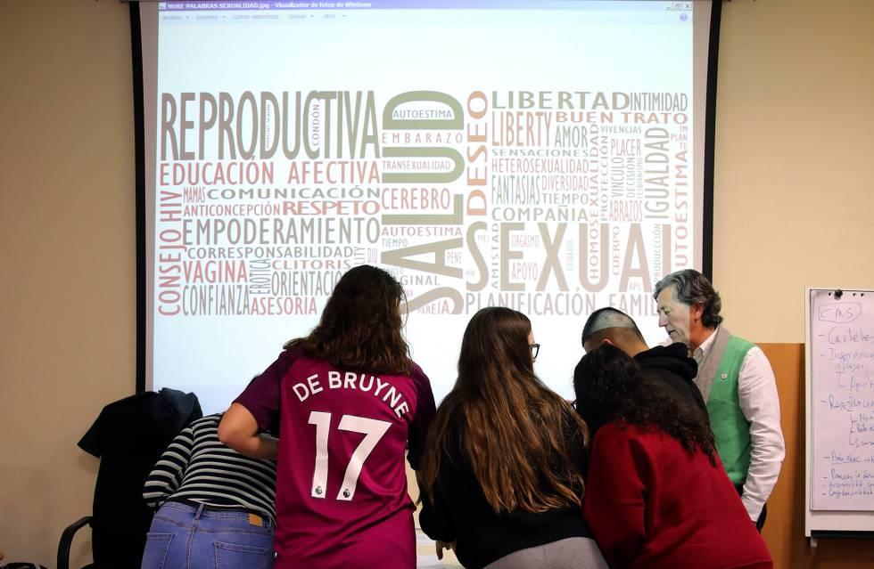 Los chavales recogen noticias sobre sexualidad para comentarlas en grupo.