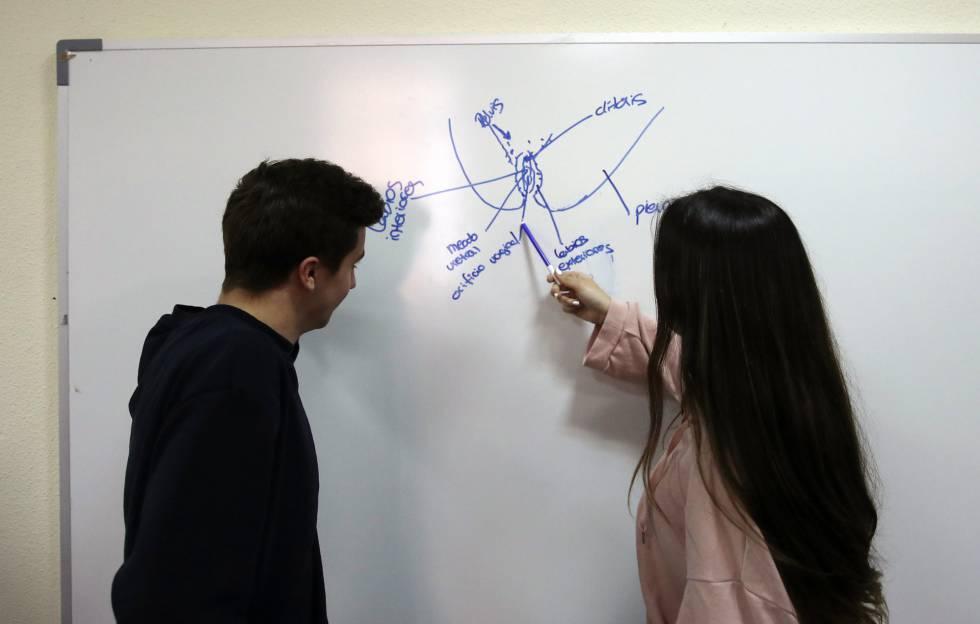 Dos chicos dibujan una vulva en un taller sobre sexualidad para adolescentes del Centro Salud Madrid Joven celebrado el lunes pasado.