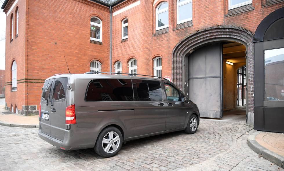 La furgoneta en la que supuestamente viaja Puigdemont entra en la prisión de Neumuenster, Alemania.