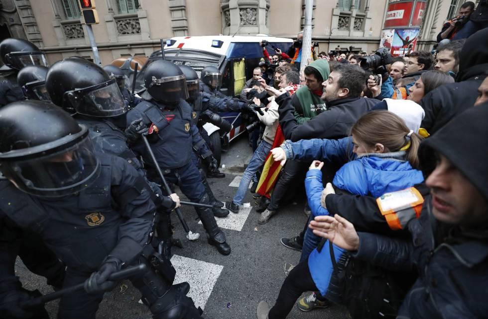 La policía catalana interviene en la protesta por la detención, en Barcelona.
