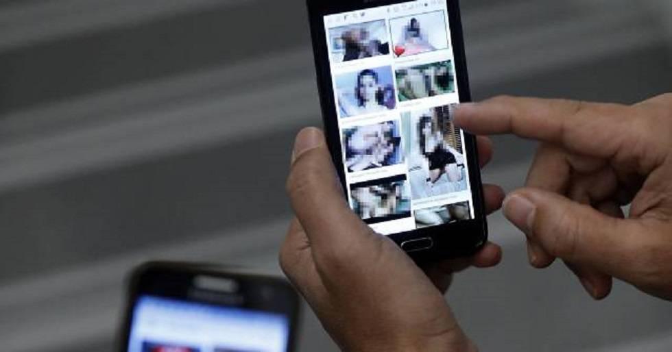 Intercambio de archivos porno por el móvil.