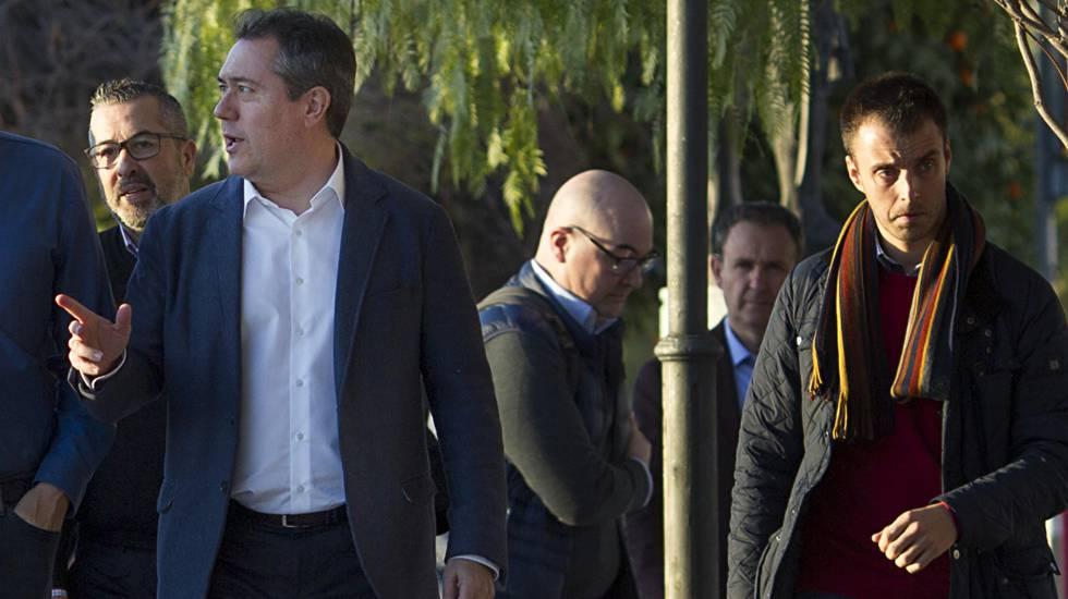 El alcalde de Sevilla, Juan Espadas (izquierda), en una asamblea del PSOE el pasado enero.