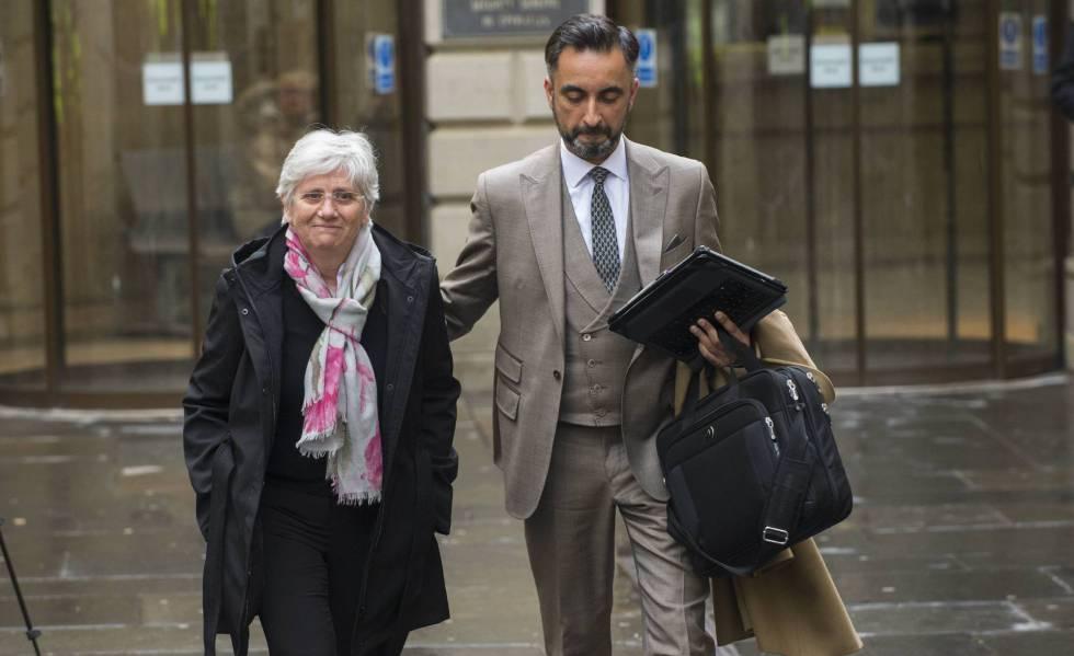Clara Ponsatí a su salida de un tribunal en Edimburgo.