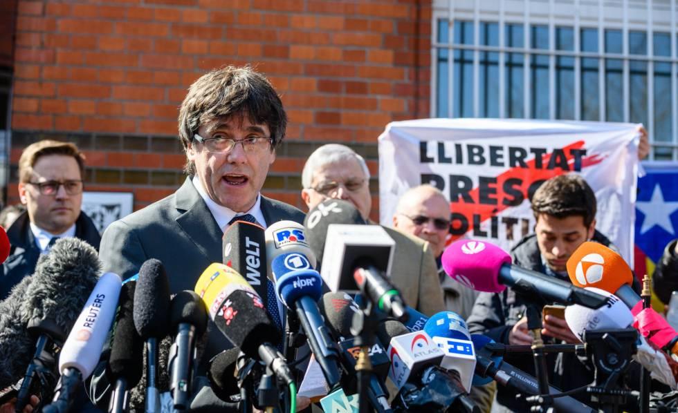 Puigdemont se dirige a los medios tras abandonar la cárcel de Neumünster en Alemania.