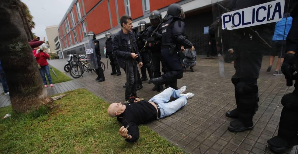 Un hombre cae en el suelo en una carga policial en Barcelona el pasado 1 de octubre