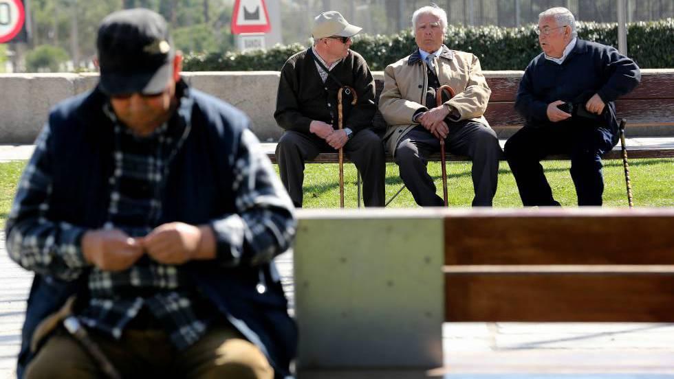 Un grupo de jubilados en Madrid Río.