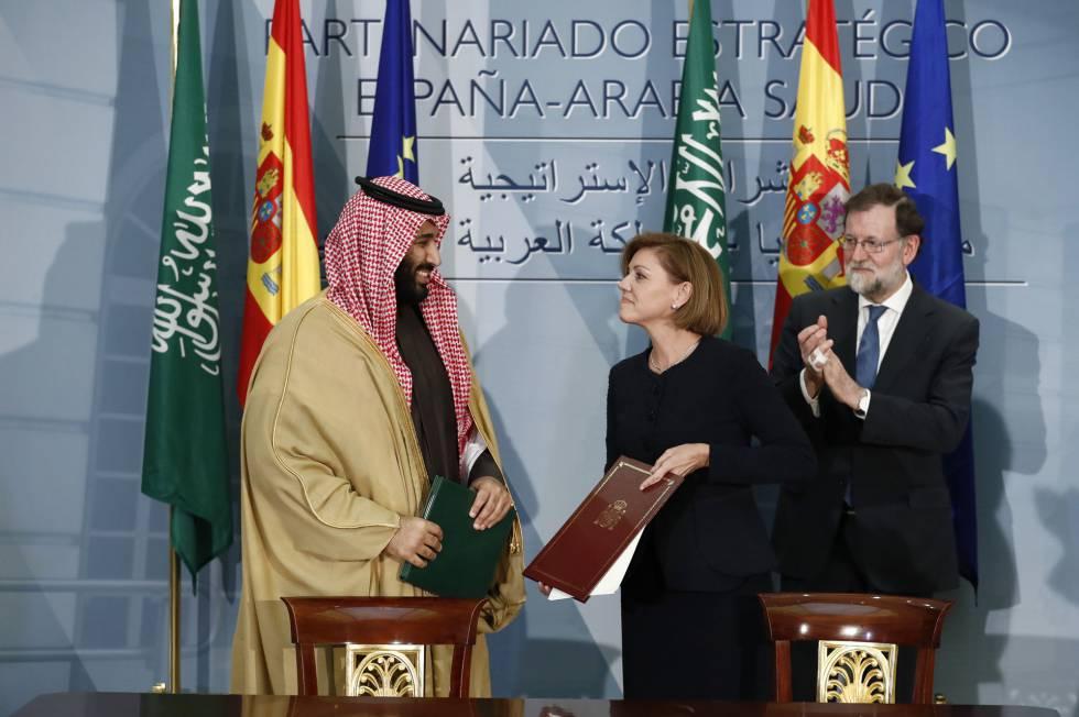 Mariano Rajoy y María Dolores de Cospedal reciben al príncipe heredero de Arabia Saudí para firmar la compra de cuatro fragatas por valor de más de 2000 millones de euros.