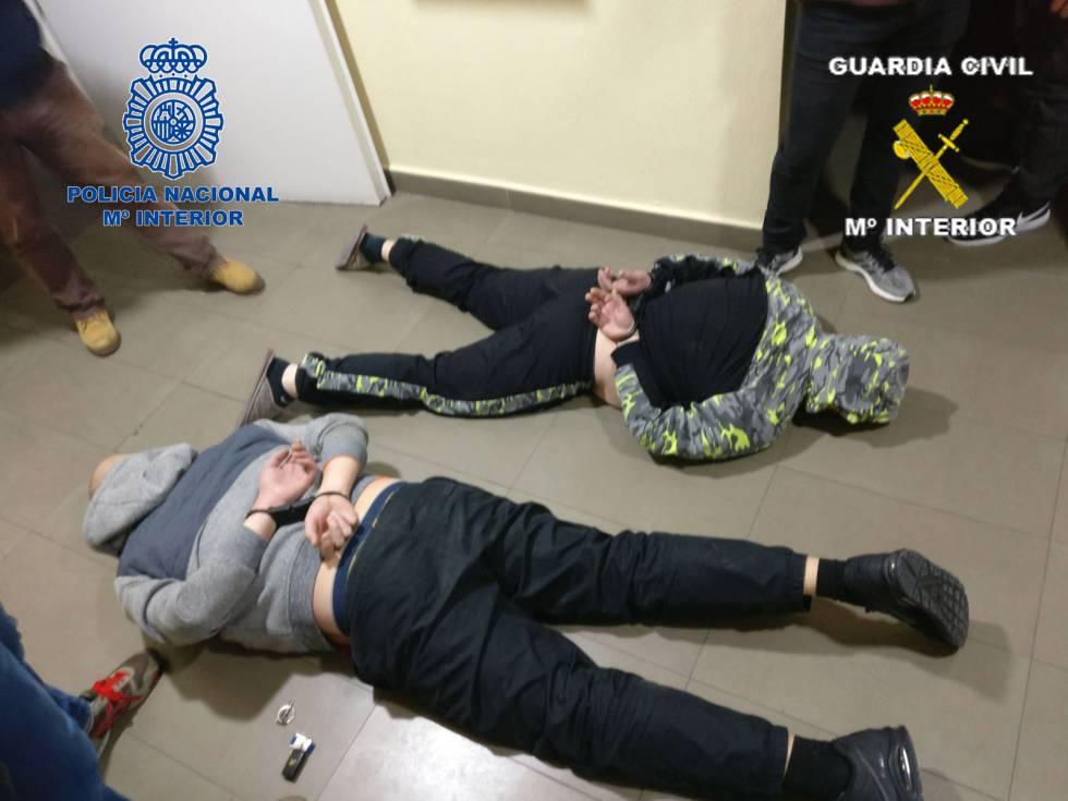 Dos de los detenidos por dirigir una mafia que extorsionaba a inquilinos.