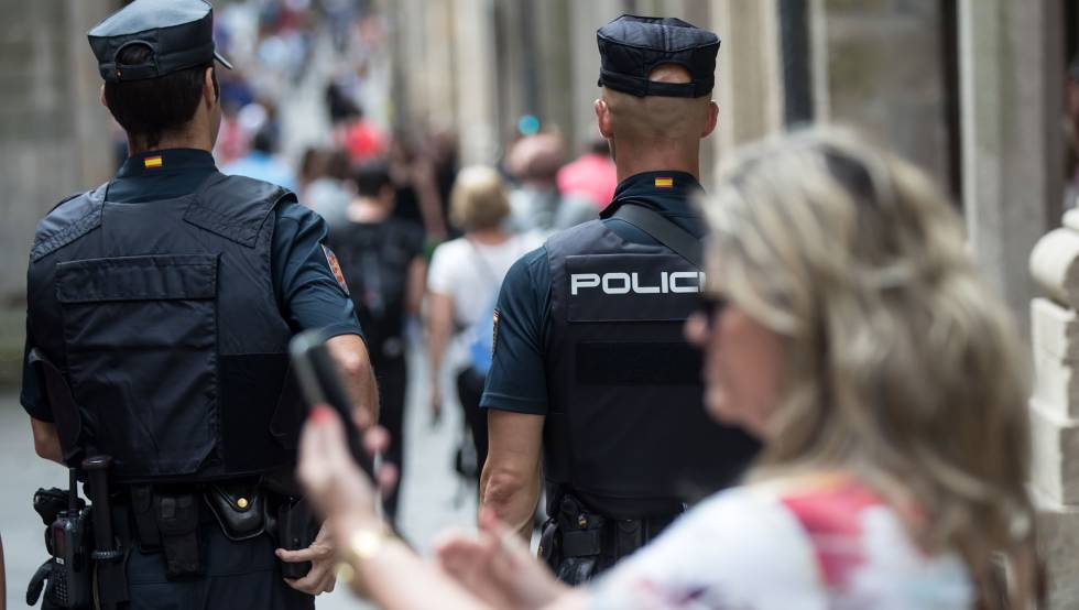 Un par de agentes de Policía Nacional patrullan.