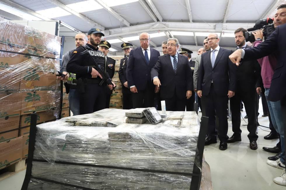 El ministro del Interior, Juan Ignacio Zoido ante el alijo de casi nueve toneladas de cocaína incautadas en el puerto de Algeciras (Cádiz).