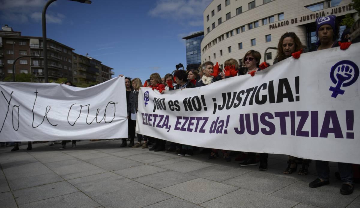 Protesta por la sentencia de La Manada a las puertas del Palacio de Justicia de Navarra, ayer.