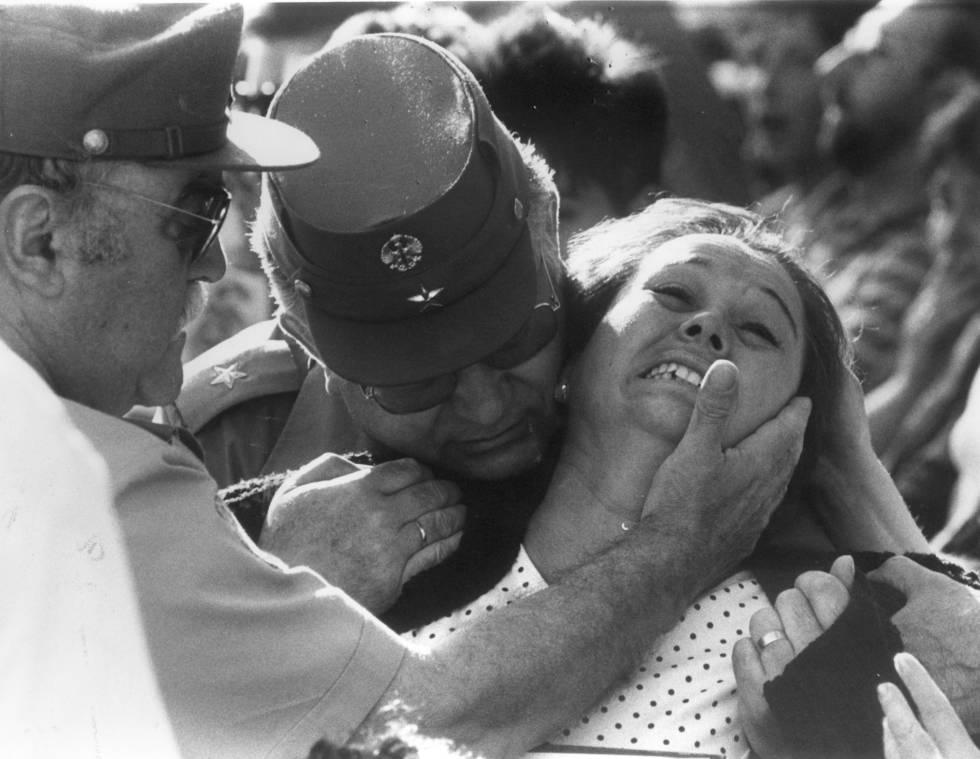El director general de la Guardia Civil, teniente general José Antonio Sáenz de Santamaría, consuela a un familiar de una de las víctimas mortales del atentado de ETA contra un convoy de la Guardia Civil en la plaza de la República Dominicana de Madrid.