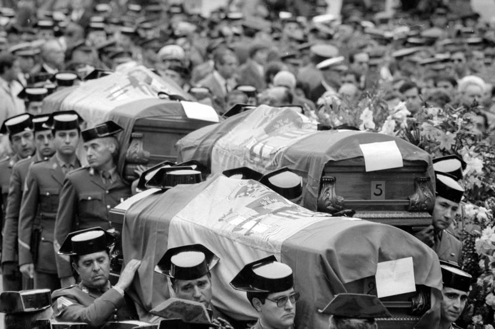 Funeral en el patio de la Dirección General de la Guardia Civil en Guzmán el Bueno, por las víctimas del atentado de ETA en Madrid el 25 de julio de 1986.