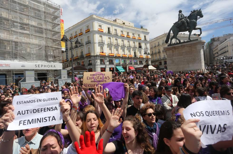Protesta por la sentencia de la Manada frente a la sede de la Comunidad de Madrid, este miércoles. rn rn rn