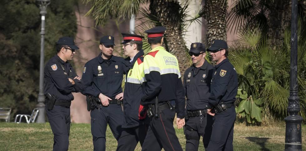 Agentes de la Policía Nacional y Mossos d'Esquadra, el pasado mes de enero frente al Parlament.