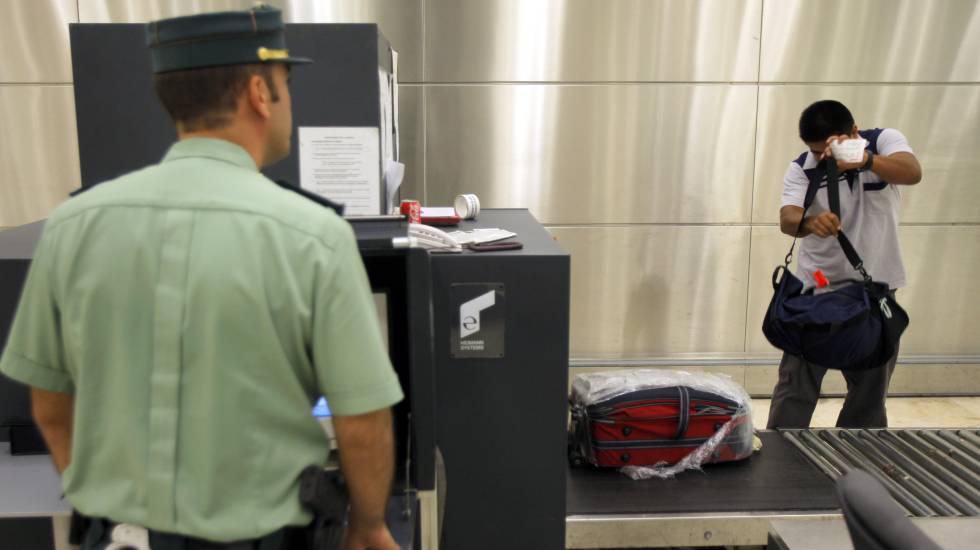 Agentes de Aduanas en un aeropuerto.