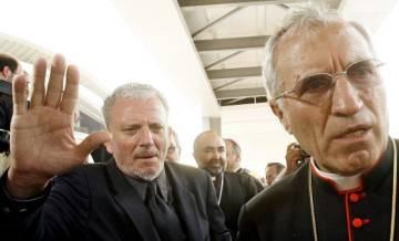 Kiko Argüello (izquierda) junto al cardenal Rouco Varela, en un encuentro de los 'kikos' en Valencia, en 2006.