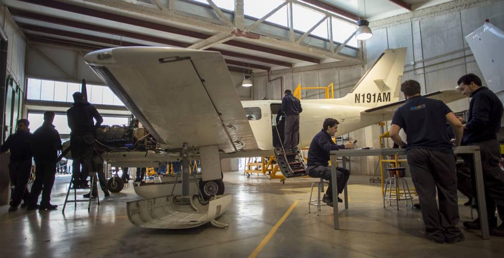 Un grupo de estudiantes repara una avioneta.