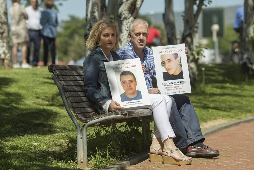 Rosa e Isidro muestran las fotos de su hijo Paco Molina, desaparecido en 2015 en el parque de Córdoba donde posan.