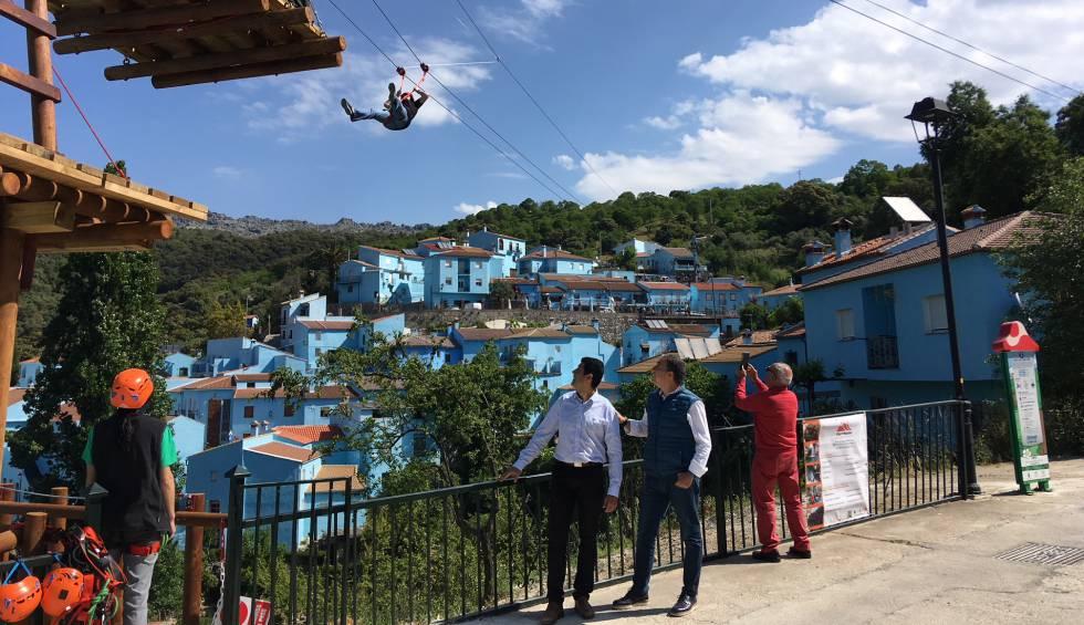 El alcalde y el presidente de la Diputación de Málaga en la inauguración del parque de aventuras de Júzcar, el 18 de mayo.